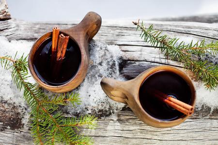 Glühwein serviert von Kuksa, speziell angefertigten Holzbecher Standard-Bild - 38619806