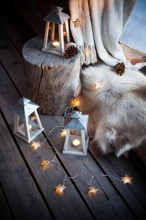ランタンおよびクリスマスの照明で飾られたポーチ 写真素材