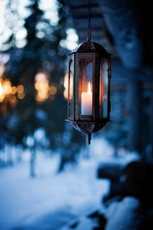 등불과 크리스마스 조명으로 장식 된 현관