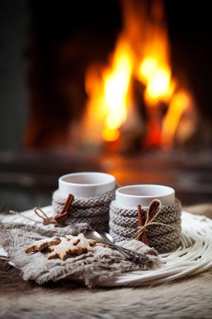 caliente: Vino caliente con canela junto a la chimenea Foto de archivo