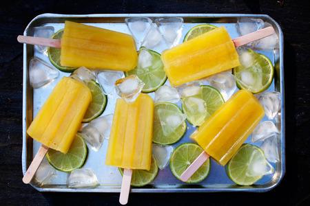 paletas de hielo: Paletas de helado con sabor a fruta con hielo y limón Foto de archivo