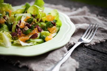 dieta sana: Ensalada de verano con la mandarina y frutos secos Foto de archivo