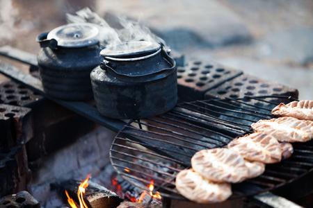 llamas de fuego: Haciendo caf� junto a la hoguera en el bosque