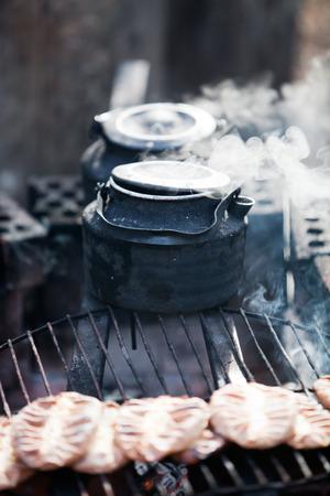campamento: Haciendo café junto a la hoguera en el bosque