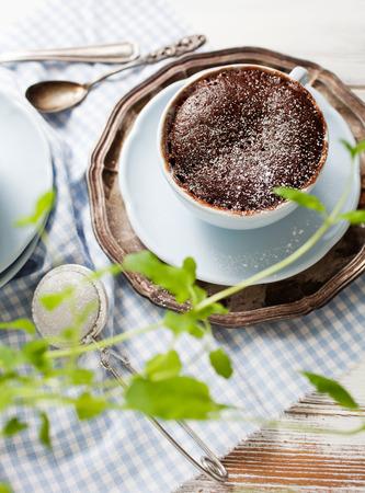 pastel de chocolate: torta de chocolate en una taza de café Foto de archivo