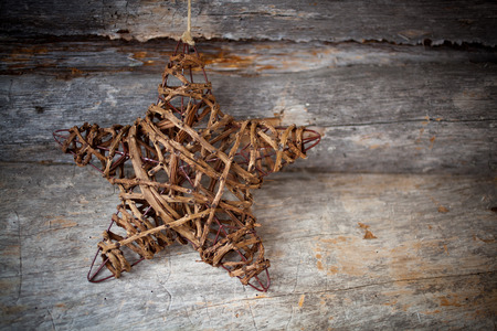 estrellas cinco puntas: Rustic heart hanging against weathered wood Foto de archivo