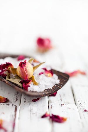 productos de belleza: sal de baño hecho en casa con rosas de color rosa