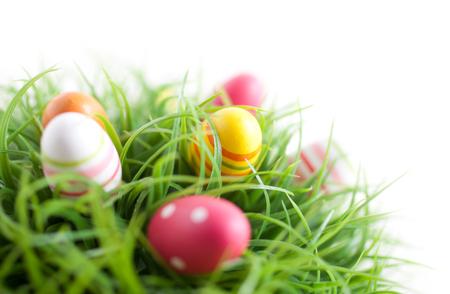 흰색 배경에 다채로운 부활절 달걀 스톡 콘텐츠