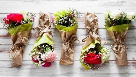 Mini bouquet de fleurs aux roses et à l'?illet