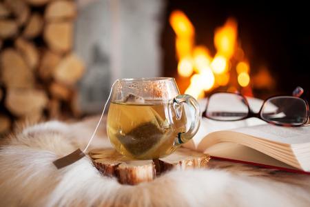 Kopje thee bij de open haard Stockfoto