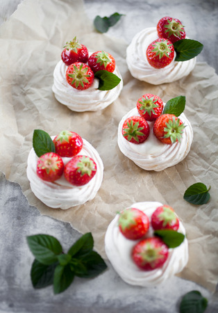 Mini pavlova with strawberries and mint 版權商用圖片 - 80510146