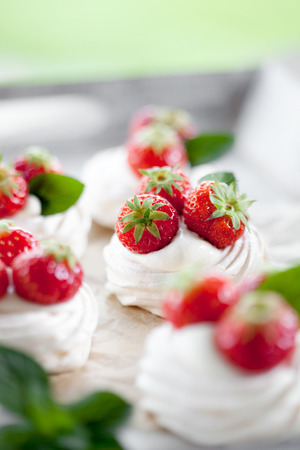 summer pudding: Mini pavlova with strawberries and mint