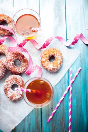Traditionelle finnische Sima und Zucker Donuts