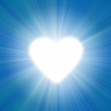 corazones azules: cielo azul con un resplandor de luz blanca silueta del coraz�n Foto de archivo