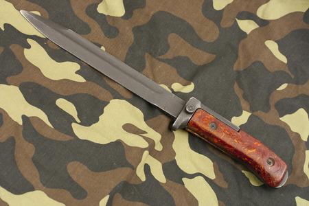 baionetta: coltello a baionetta per fucile a camouflage Archivio Fotografico