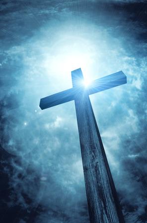 jezus: drewniany krzyż na ciemnym niebie, abstrakcyjne tło Zdjęcie Seryjne