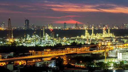 industria quimica: Refinería de petróleo con el fondo de la puesta del sol