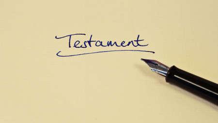 testament schreiben: schriftlich ein Testament auf einem Stück Papier