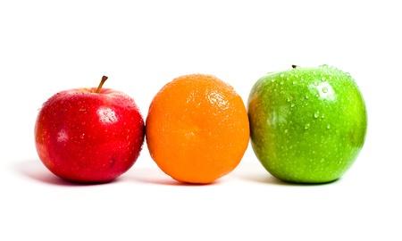 appel water: Oranje, rode en groene appel geïsoleerd op witte achtergrond