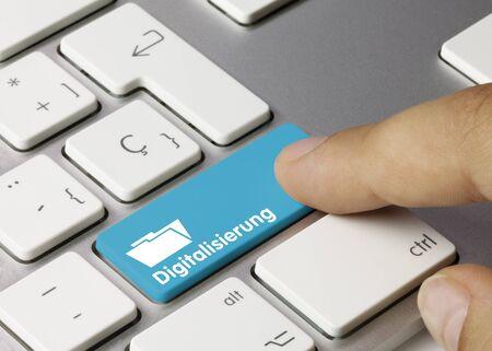 Digitalisierung Geschrieben am blauen Taste der metallischen Tastatur. Finger druckt die Taste.