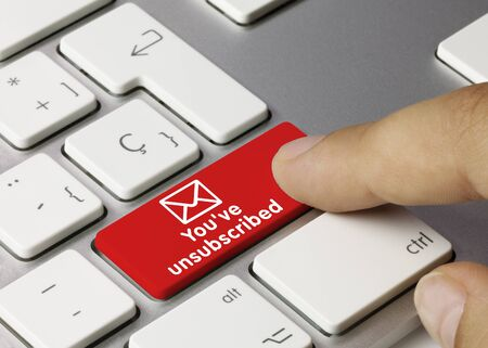 U heeft uw abonnement opgezegd met de rode toets van het metalen toetsenbord. Vinger drukken op de toets. Stockfoto