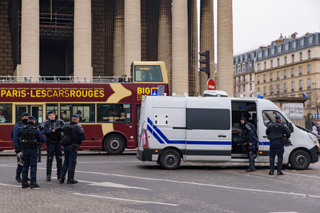 The riot police for the 5th Yellow Vests demonstration (Gilets Jaunes) protesters against fuel tax, government, and French President Macron at Champs-Élysées 新聞圖片