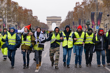 5th Yellow Vests demonstration (Gilets Jaunes) protesters against fuel tax, government, and French President Macron at Champs-Élysées and Arc de Triomphe 新聞圖片