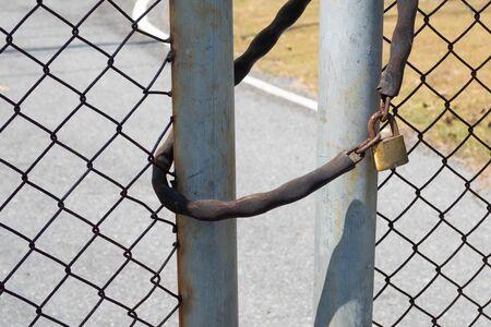 The door locked with Metal chain and padlock Foto de archivo