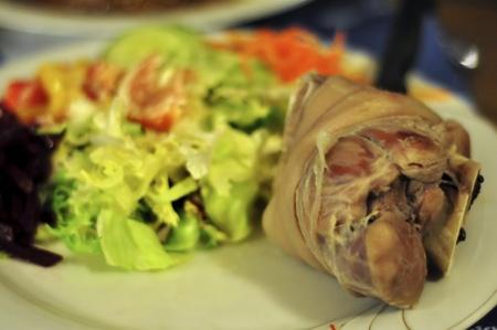 jarret: jarret de porc avec des l�gumes comme le d�ner Banque d'images