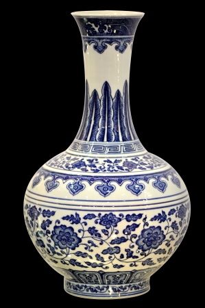 vase antique: Chinois traditionnel vase en porcelaine bleu et blanc isol� Banque d'images