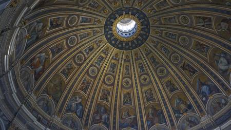 Intern van St. Peter Basiliek en grote koepel, Rome Italië