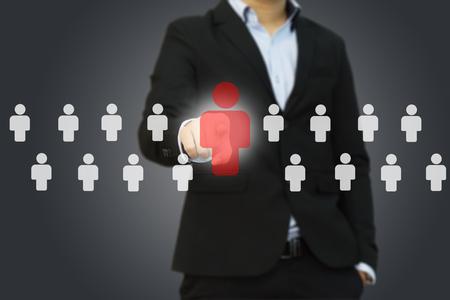 Geschäftsmann, der richtigen Partner von vielen Kandidaten wählt Standard-Bild