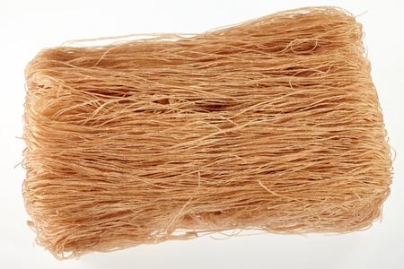 arroz blanco: Fideos de arroz marrón aislado en el fondo blanco