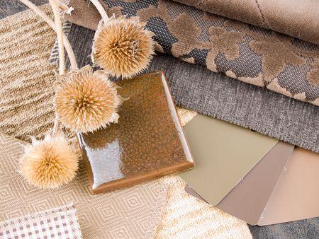 Aardse bruinachtig interieur plan - handgemaakte ceramiektegel, stof en verf kleurstalen Stockfoto