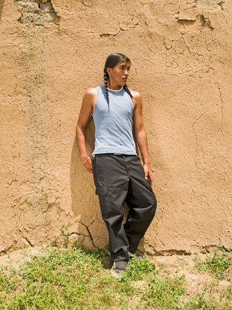 adobe wall: Bel ragazzo di 15 anni nativi americano da un muro di adobe  Archivio Fotografico