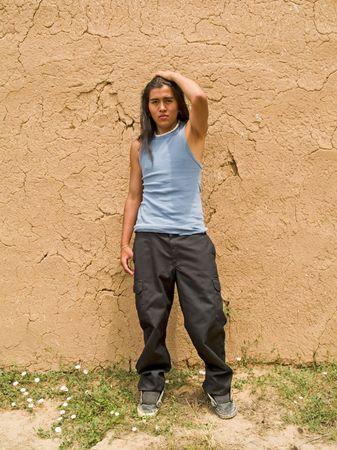 adobe wall: Bel ragazzo di nativi americano 15 anni da un muro di adobe  Archivio Fotografico