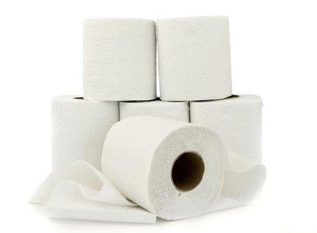 tejido: Seis rollos de papel de inodoro blanco aislados en blanco