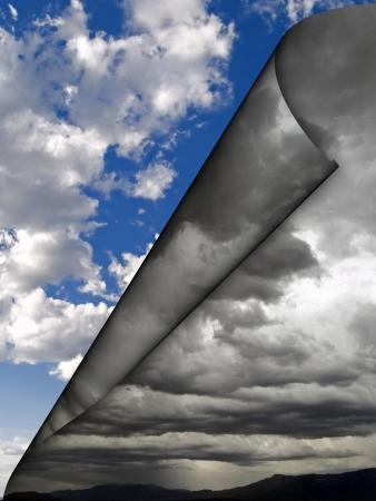 metamorfosis: Nubes oscuras rodar fuera positivo cambian el concepto de transformaci�n. Foto de archivo