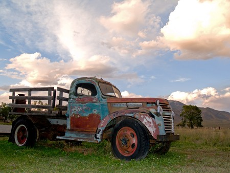 Oude boerderij vracht wagen in de zons ondergang Stockfoto