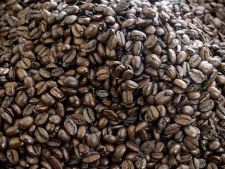 Un montón de granos de café de tueste oscuro  Foto de archivo - 7349376