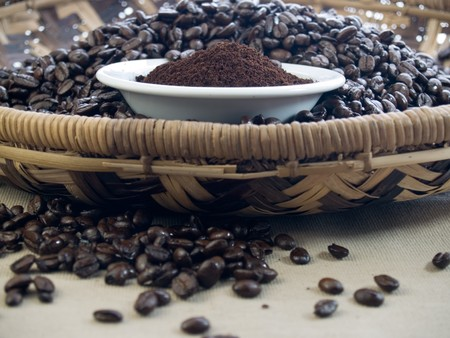 Café molido de tueste oscuro y frijoles  Foto de archivo - 7349372
