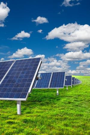 paneles solares: Paneles solares sobre césped verde con cielo azul Foto de archivo