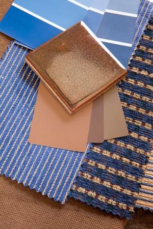 Blauw en bruin verf kleur en stof stalen met een stenen vloer tegel