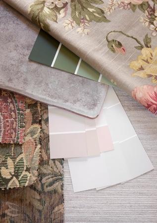 pavimento gres: Floreale e pastelli dipingere i campioni di colore e tessuto con una piastrelle piano