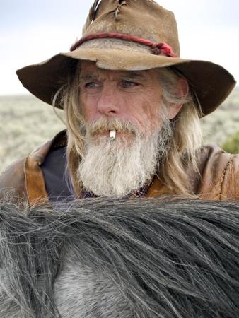 Een authentieke cowboy met zijn paard