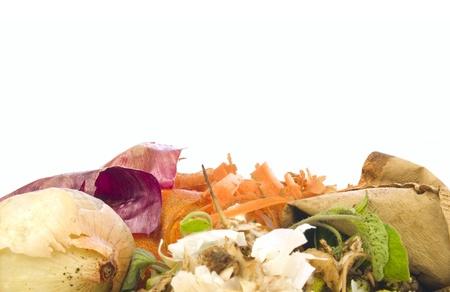residuos organicos: El compost heap para la jardinería orgánica y biodinámica aislado en blanco