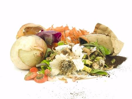 residuos organicos: Pila de compost para la jardinería orgánica y biodinámica aislado en blanco