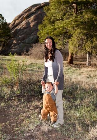 Moeder onderwijs jongetje te lopen Stockfoto