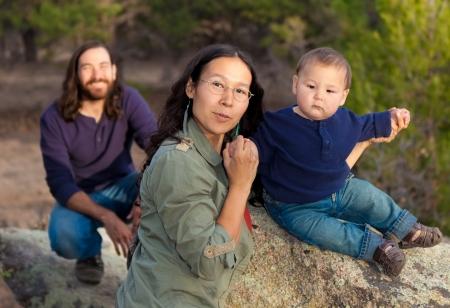 Jonge multiculturele familie in de natuur Stockfoto