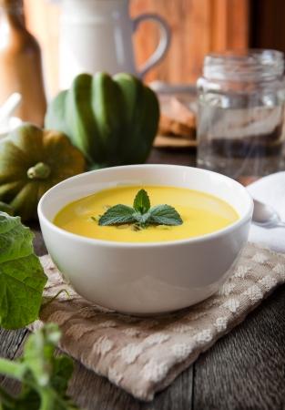 Hot eikel squash soep in een witte kom